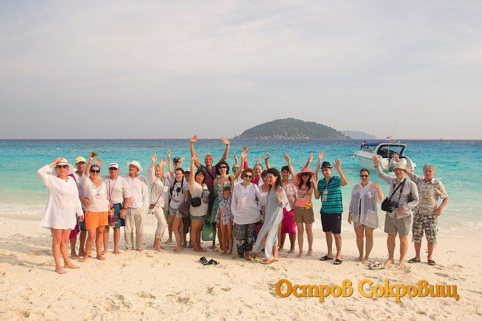 Туристы на пляже Симиланов